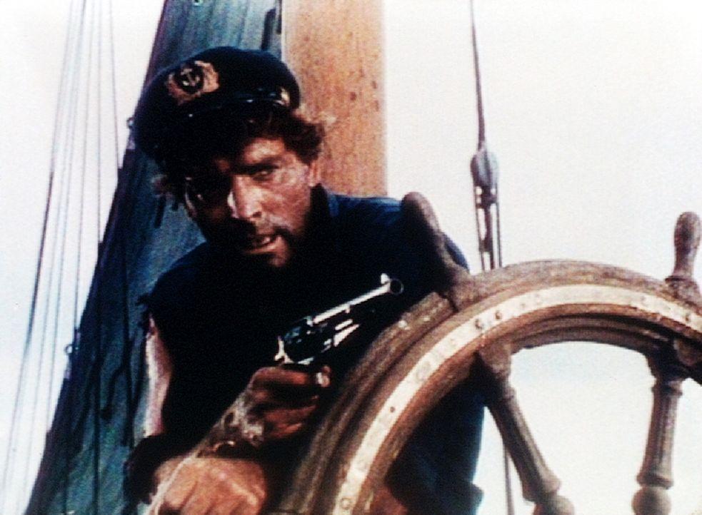 Als Kapitän O'Keefe (Burt Lancaster) auf seinem Schiff angegriffen wird, hält er seine Waffe schon bereit. - Bildquelle: Warner Bros.