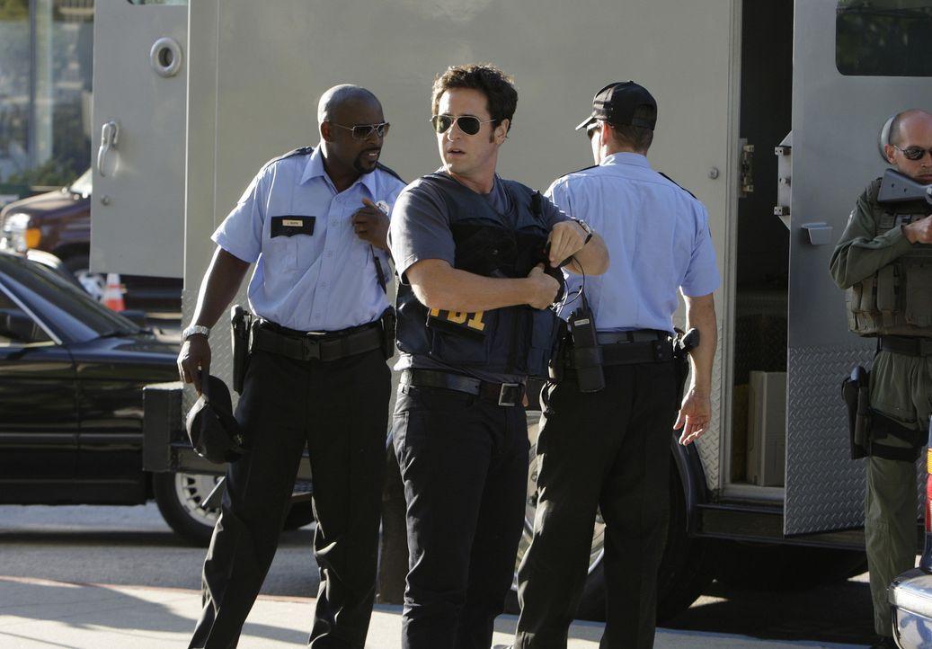 Ein neuer Fall: Don (Rob Morrow, 2.v.l.) und David (Alimi Ballard, l.) versuchen eine Gruppe von Kidnappern dingfest zu machen ... - Bildquelle: Paramount Network Television