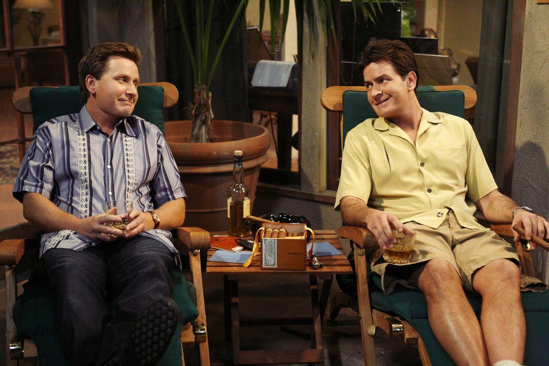 Sein bester Freund Andy (Emilio Estevez, l.) stirbt, während sie zusammen auf der Terrasse sitzen. Charlie (Charlie Sheen, r.) lässt sich daraufhi... - Bildquelle: Warner Brothers Entertainment Inc.