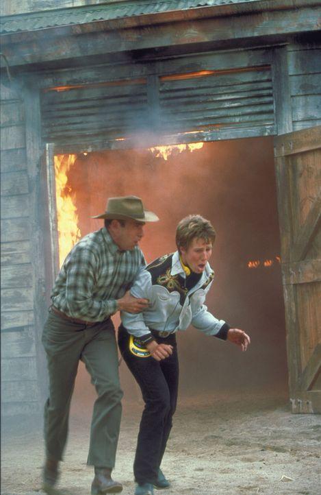 Als ein bösartiger Konkurrent den Stall in Brand setzt, geraten Hector (Nestor Serrano, l.), Corrie und B. Moody (Jason Dohring, r.) in große Gefa... - Bildquelle: Disney