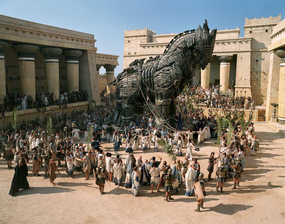 Das zehnte Jahr der Belagerung begann, als Odysseus eine geniale Idee hat: Er lässt ein riesiger Holzpferd bauen, in dessen Rumpf sich etliche grie... - Bildquelle: Warner Brothers International Television