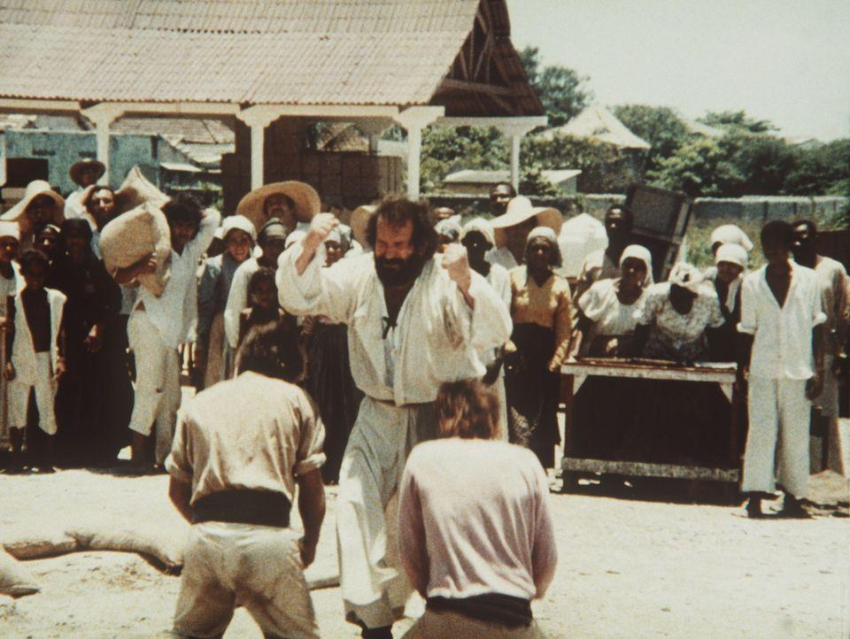 Pater Pedro (Bud Spencer, vorne M.) vermittelt den Eingeborenen seine Ansicht der christlichen Lehre. Und für Sünder hat er ein paar schlagkräfti... - Bildquelle: Tobis Filmkunst