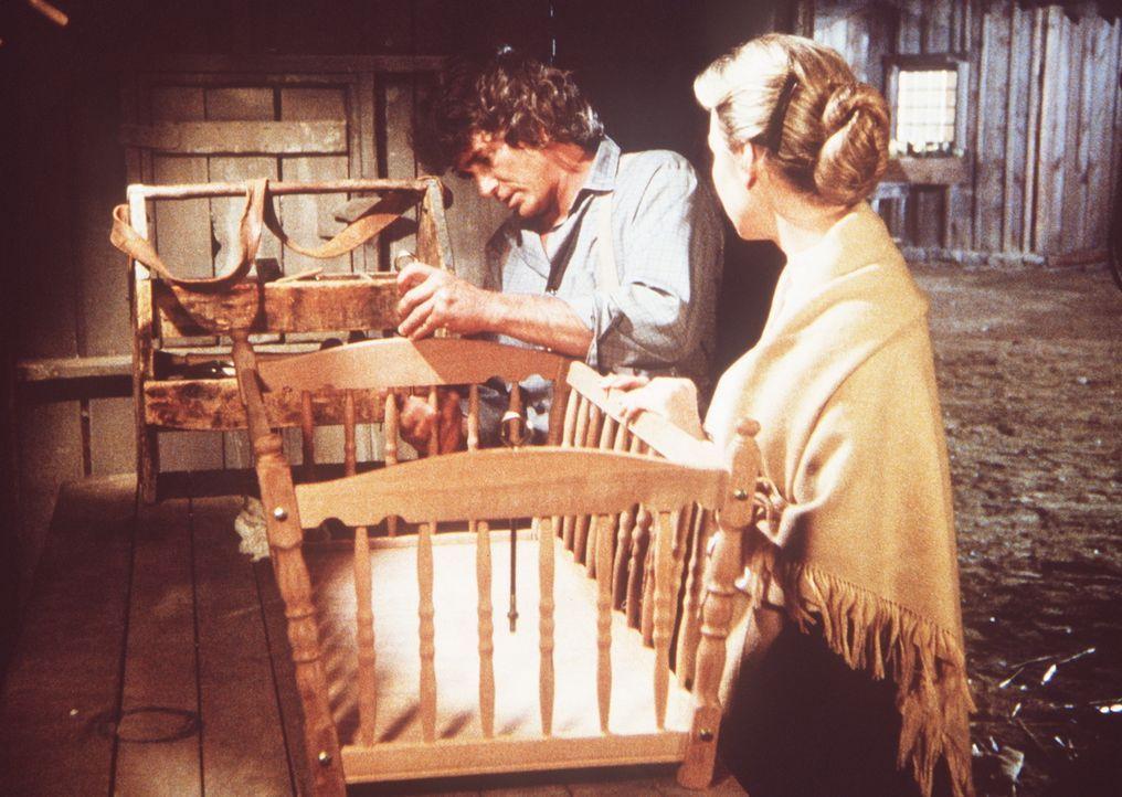 Charles Ingalls (Michael Landon, l.) arbeitet noch spät abends an einer Wiege für sein Enkelkind. Seine Frau Caroline (Karen Grassle, r.) fragt ih... - Bildquelle: Worldvision