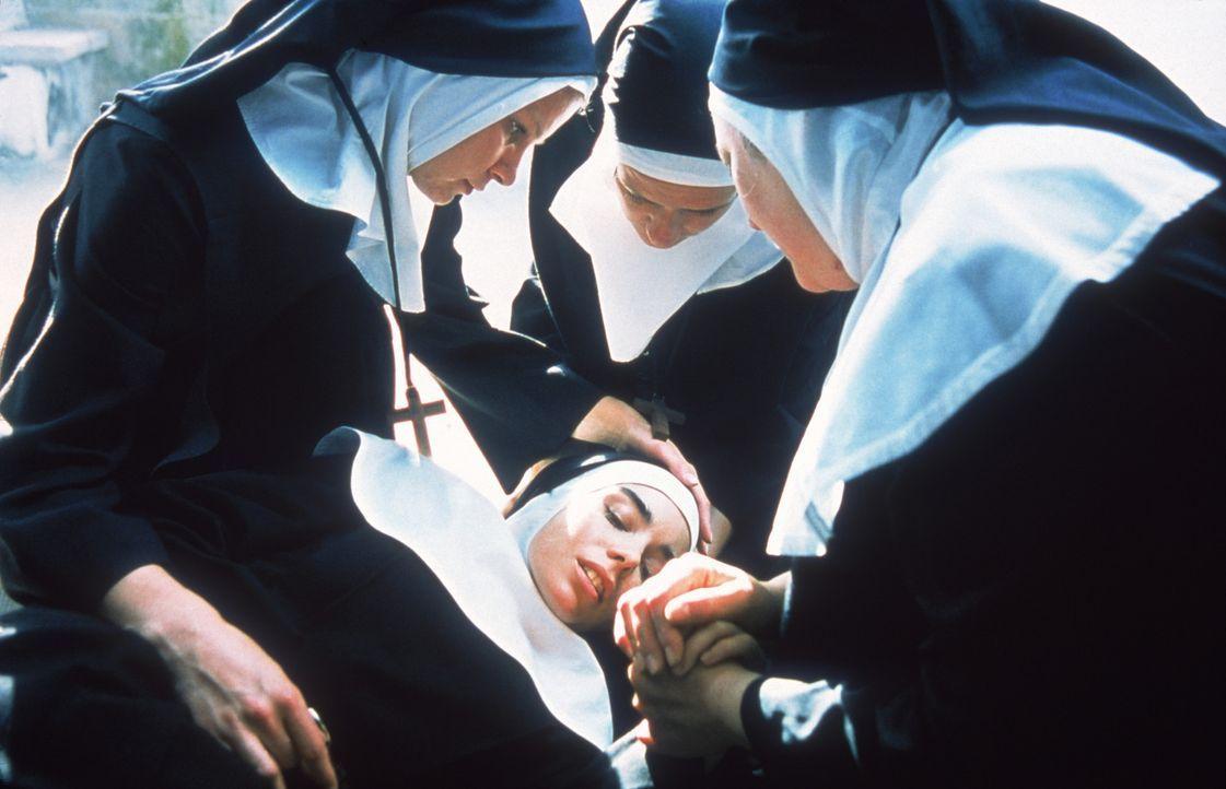 Unerklärliche Schmerzen plagen die junge Karmeliterin Sarah (Elodie Bouchez, M.) ... - Bildquelle: CPT Holdings, Inc.  All Rights Reserved.
