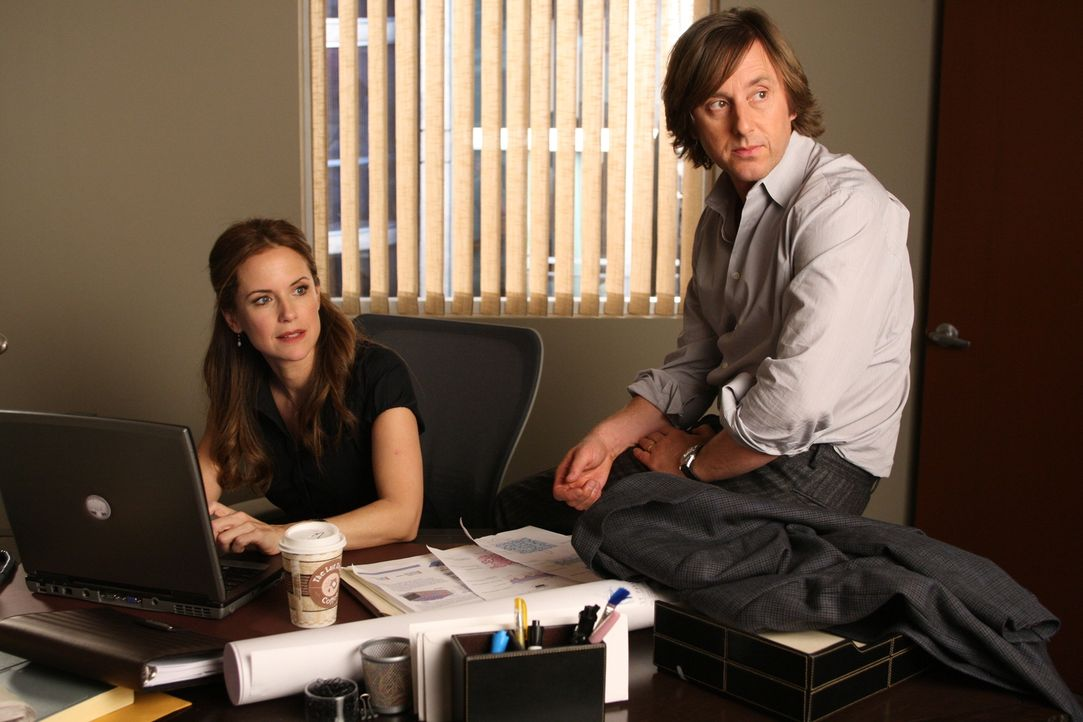 Allison taucht unerwartet im Büro von Meghan (Kelly Preston, l.) und Joe (Jake Weber, r.) auf ... - Bildquelle: Paramount Network Television
