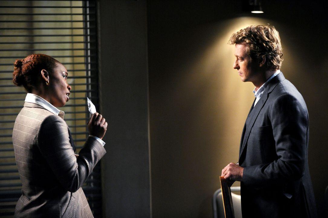 Die Leiche eines Privatlehrers wird an seinem Arbeitsplatz gefunden, neben ihm ein mysteriöses rotes Kästchen, das sich jedoch als leer herausstellt... - Bildquelle: Warner Bros. Television