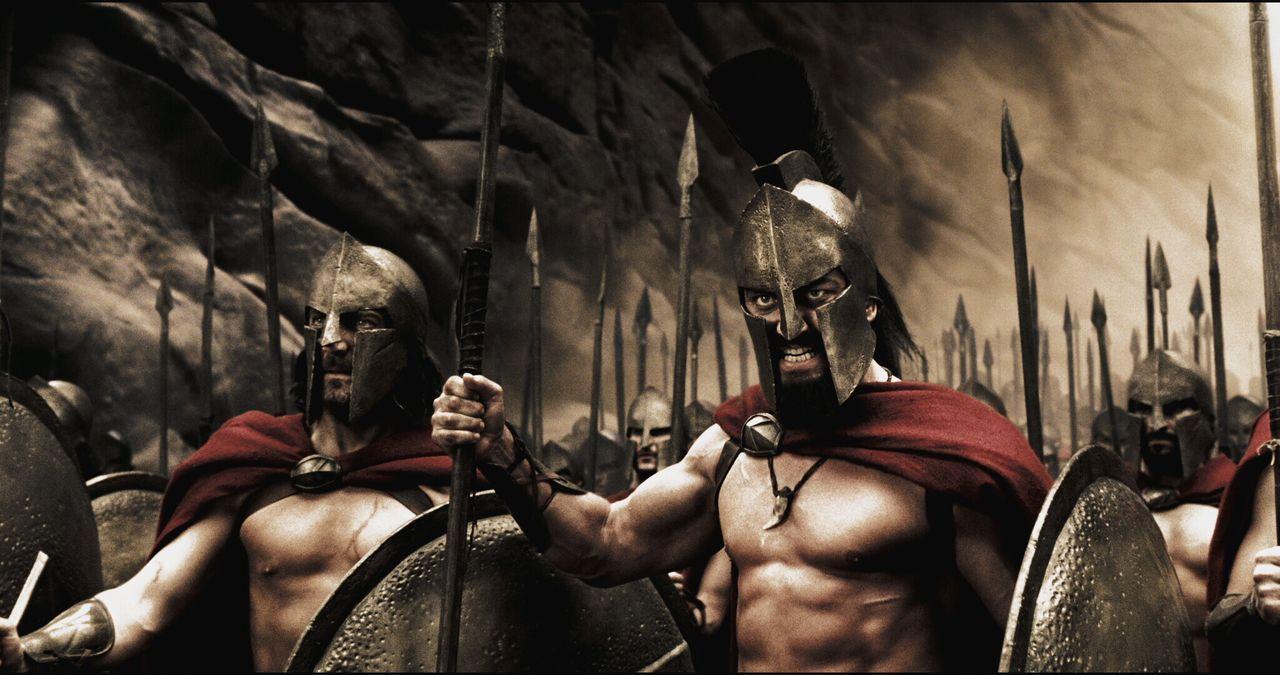 Im Rat wird Leonidas (Gerard Butler, l.) für seine Kriegspläne stark kritisiert, vor allem wegen der Aussichtslosigkeit des Kampfes gegen die zahlen... - Bildquelle: TM & © Warner Bros. Entertainment Inc.