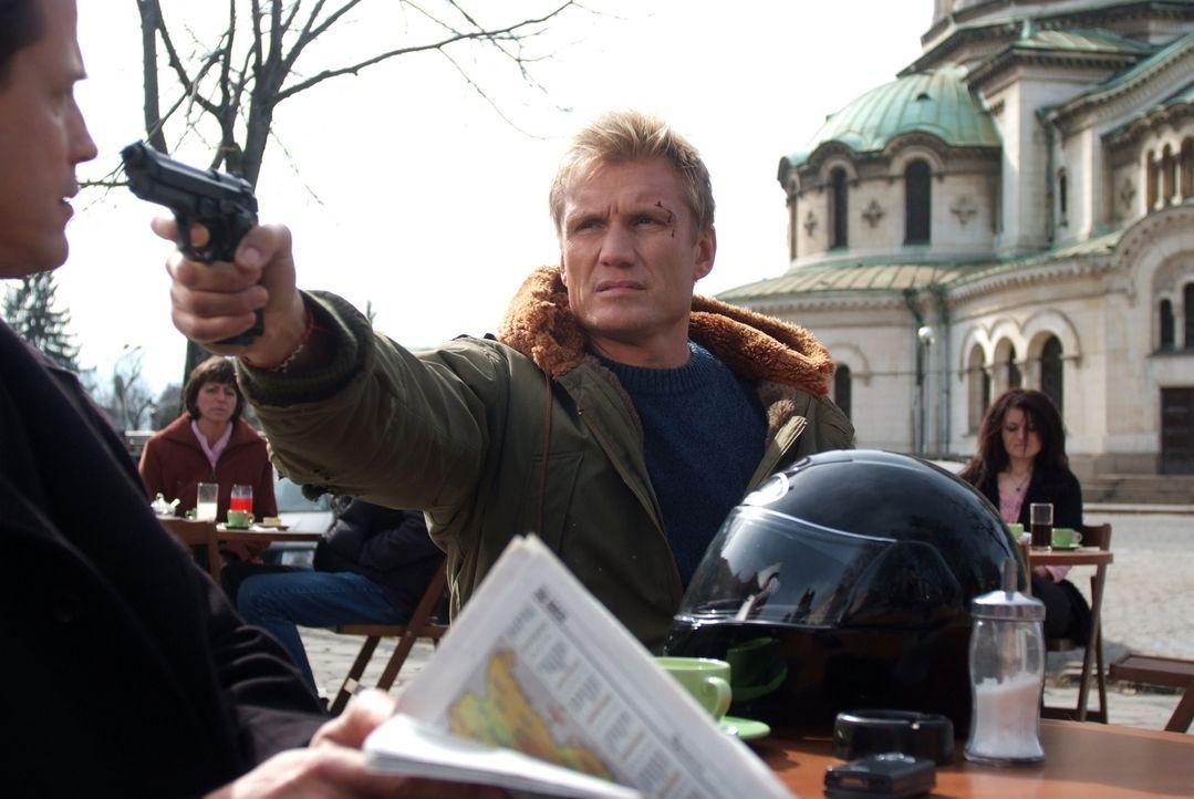 Erst viel zu spät geht Ex-Special-Forces-Soldat Mike Riggins (Dolph Lundgren, r.) auf, dass US-Strippenzieher Connelly (Michael Paré, l.) schon viel... - Bildquelle: Nu Image
