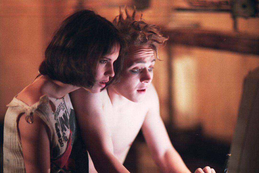 Tödliche Internet-Neugier: Dieter (Matthias Schweighöfer, r.) und Kate (Anna Thalbach, l.) ... - Bildquelle: 2003 Sony Pictures Television International. All Rights Reserved.