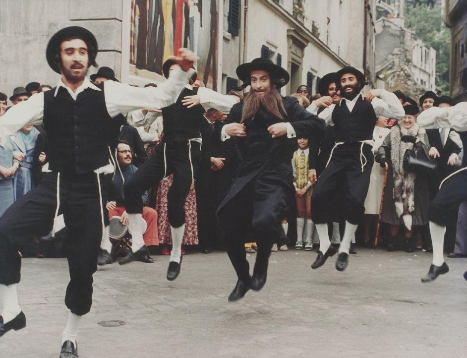 Zu Zwecken der Tarnung bleibt Pivert (Louis de Funès, M.) nichts anderes übrig, als an den orthodoxen Bräuchen der Rabbiner teilnehmen ... - Bildquelle: 20th Century Fox Film Corporation