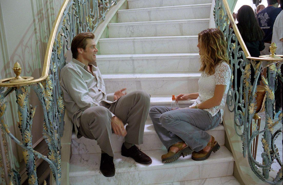 Mit Allmacht vom lieben Gott persönlich übertragen: Zuerst stattet Bruce (Jim Carrey, l.) seine Freundin Grace (Jennifer Aniston, r.) mit einer impo... - Bildquelle: 2003 Universal Studios. All rights reserved