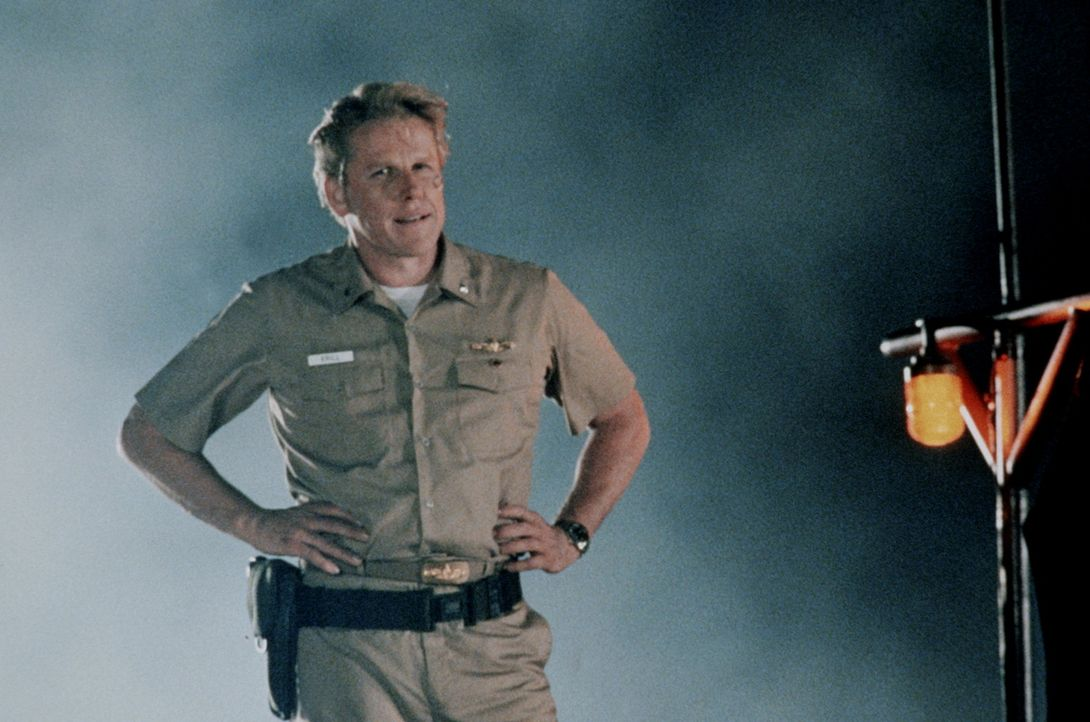 Der unangenehme erste Offizier Krill (Garey Busey) verrät seinen Kapitän und sein Schiff und macht mit dem Terroristen und Ex-CIA-Agent Strannix g... - Bildquelle: Warner Bros.