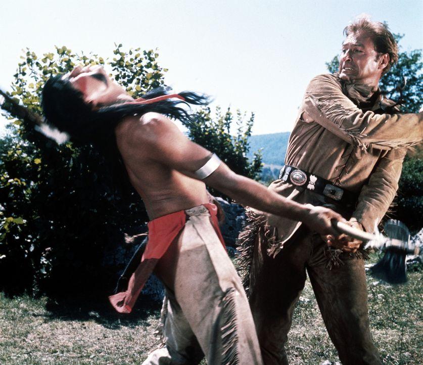 Old Shatterhand (Lex Barker, r.) macht seinem Namen alle Ehre und versetzt einem Indianer einen Tiefschlag ... - Bildquelle: Columbia Pictures