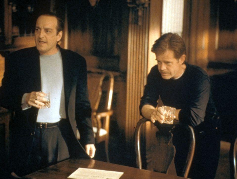 Filmproduzent Marty Rossen (David Paymer, l.) kommt, um die Dreharbeiten zu inspizieren. Wie soll Regisseur Walt Price (William H. Macy, r.) ihm nur... - Bildquelle: Warner Bros.