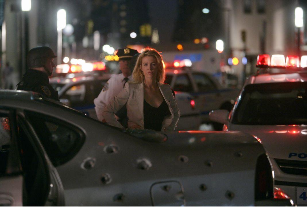 Ist entsetzt, als sie den Wagen ihrer Kollegen sieht, der nun Schweizer Käse ähnelt: Samantha Spade (Poppy Montgomery) - Bildquelle: Warner Bros. Entertainment Inc.