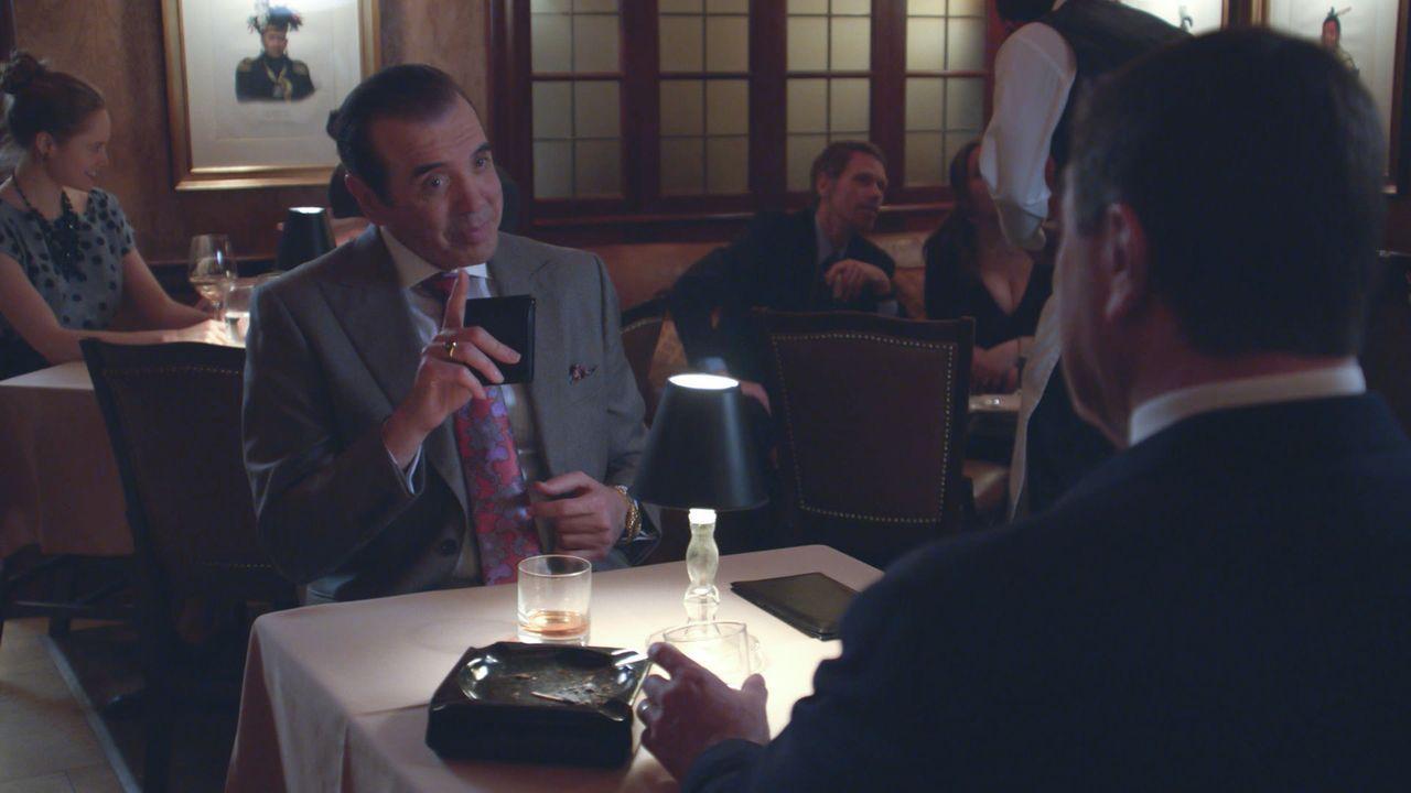 Franks (Tom Selleck, r.) alter Freund Angelo Gallo (Chazz Palminteri, l.) eröffnet ihm, dass er seine Anwaltstätigkeit für die Mafia aufgeben will.... - Bildquelle: 2013 CBS Broadcasting Inc. All Rights Reserved.