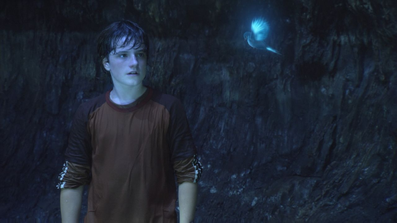Ein kleiner Vogel weist Sean (Josh Hutcherson) den Weg entlang des Flusses... - Bildquelle: Warner Bros.