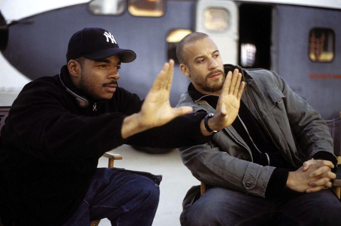 Regisseur F. Gary Gray, l. erteilt letzte Regieanweisungen an seinen Hauptdarsteller Vin Diesel, r. - Bildquelle: Warner Bros. GmbH