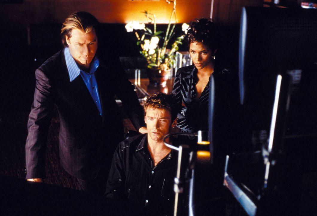 Der vorbestrafte Hacker Stanley (Hugh Jackman, M.) wird von dem undurchsichtigen Gangster Shear (John Travolta, l.) und dessen attraktivem Lockvogel... - Bildquelle: Warner Brothers International