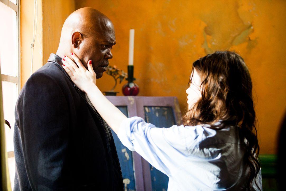 Noch ahnt Sawa (India Eisley, r.) nicht, dass sie nicht die einzige Killerin ist, die Karl (Samuel L. Jackson, l.) zur Mordmaschine ausgebildet hat.... - Bildquelle: Licensed by Tiberius Film GmbH & Co KG