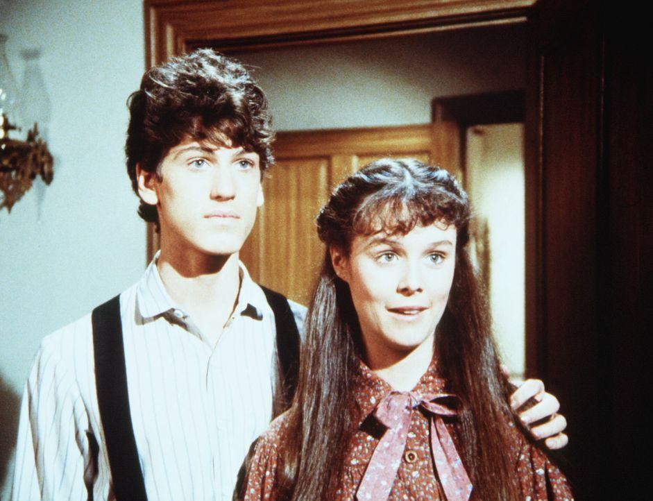Willie Oleson (Jonathan Gilbert, l.) und Rachel Brown (Sherri Stoner, r.) wollen heiraten. Da Willies Mutter gegen die Hochzeit ist, versuchen sie,... - Bildquelle: Worldvision
