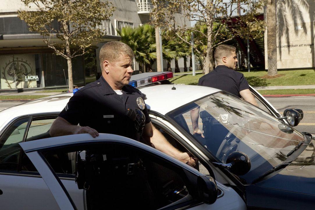 Ein neuer Fall beschäftigt Officer Ben Sherman (Benjamin McKenzie, r.) und Officer John Cooper (Michael Cudlitz, l.) ... - Bildquelle: Warner Brothers