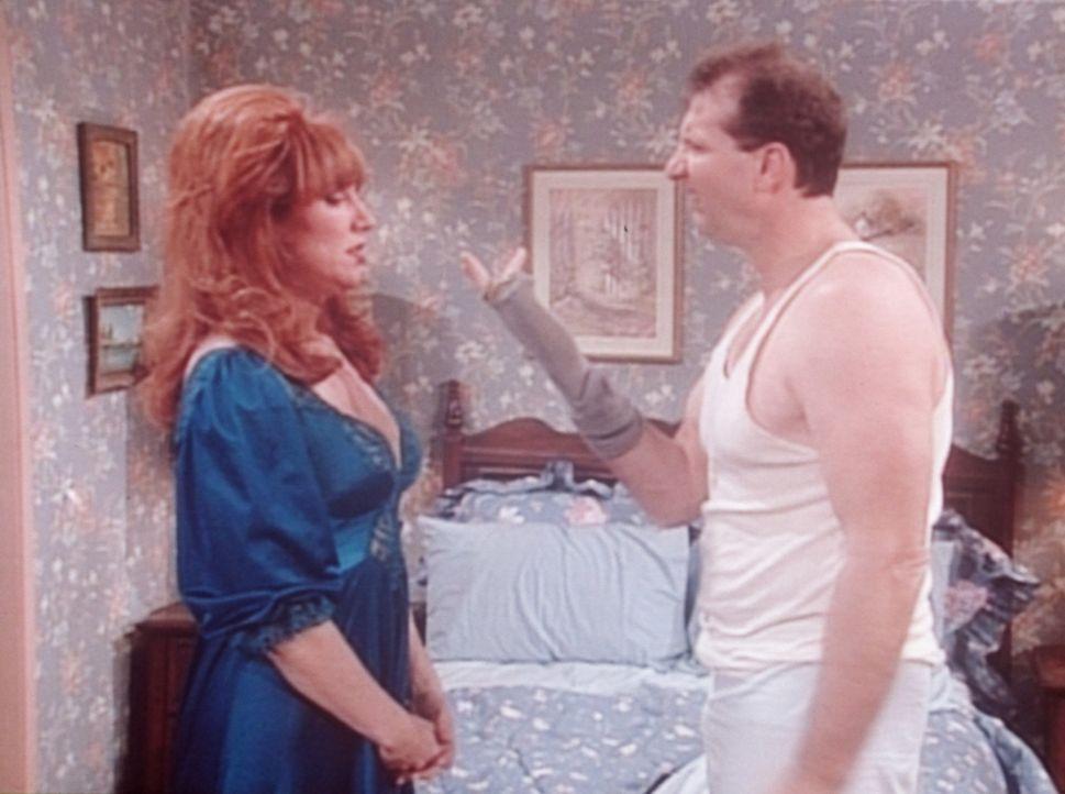 Al (Ed O'Neill, r.) und Peggy (Katey Sagal, l.) wissen nicht, was sie zur Hochzeit von Als Cousin anziehen sollen. - Bildquelle: Columbia Pictures