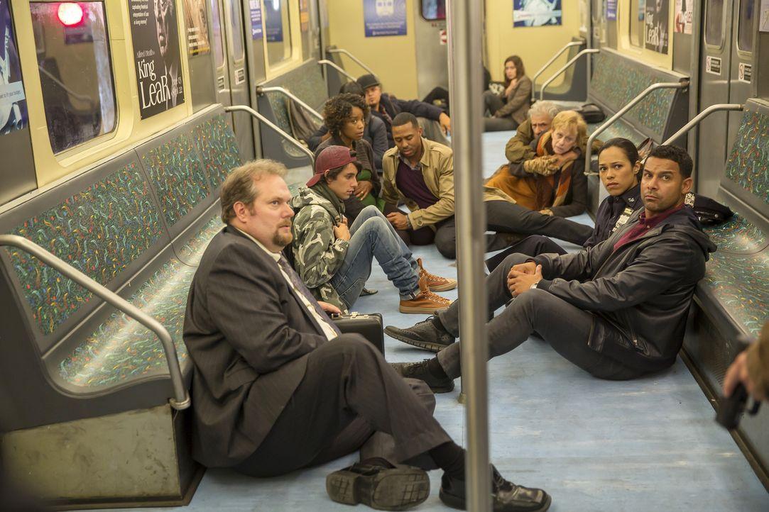 Ein bewaffneter Mann nimmt zahlreiche Fahrgäste einer U-Bahn als Geiseln, darunter befindet sich auch Detective Esposito (Jon Huertas, vorne r.) ... - Bildquelle: ABC Studios