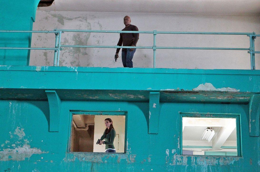 Von Eric auf die Spur gebracht, finden Sam (LL Cool J, oben), Kensi (Daniela Ruah, unten) und Callen das Lagerhaus, in dem Keelson seine Information... - Bildquelle: CBS Studios Inc. All Rights Reserved.
