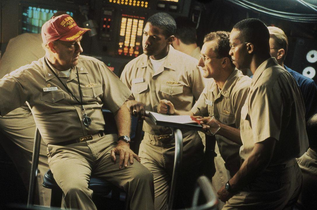 Das U-Boot des erfahrenen Seebären Frank Ramsey (Gene Hackman, l.) und des jungen Harvard-Offiziers Ron Hunter (Denzel Washington, 2.v.l.) hat den... - Bildquelle: Buena Vista Pictures