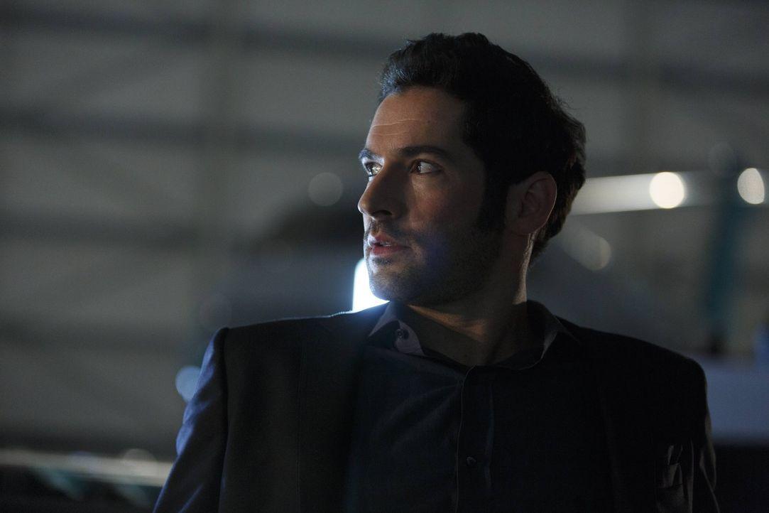 Wird Lucifer (Tom Ellis) tatsächlich zulassen, dass sich Chloe ohne Backup mit Malcolm trifft oder stellt er sich schließlich sogar für sie in die S... - Bildquelle: 2016 Warner Brothers