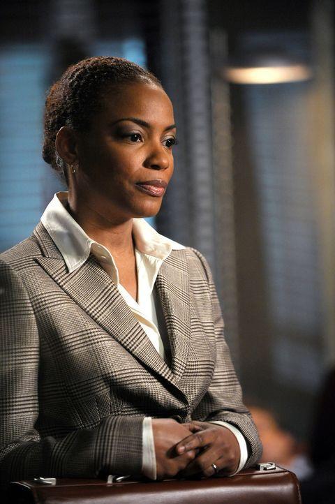 Sorgt für Überraschung, Verwirrung und Entrüstung: die neue Abteilungsleiterin Madeleine Hightower (Aunjanue Ellis) ... - Bildquelle: Warner Bros. Television