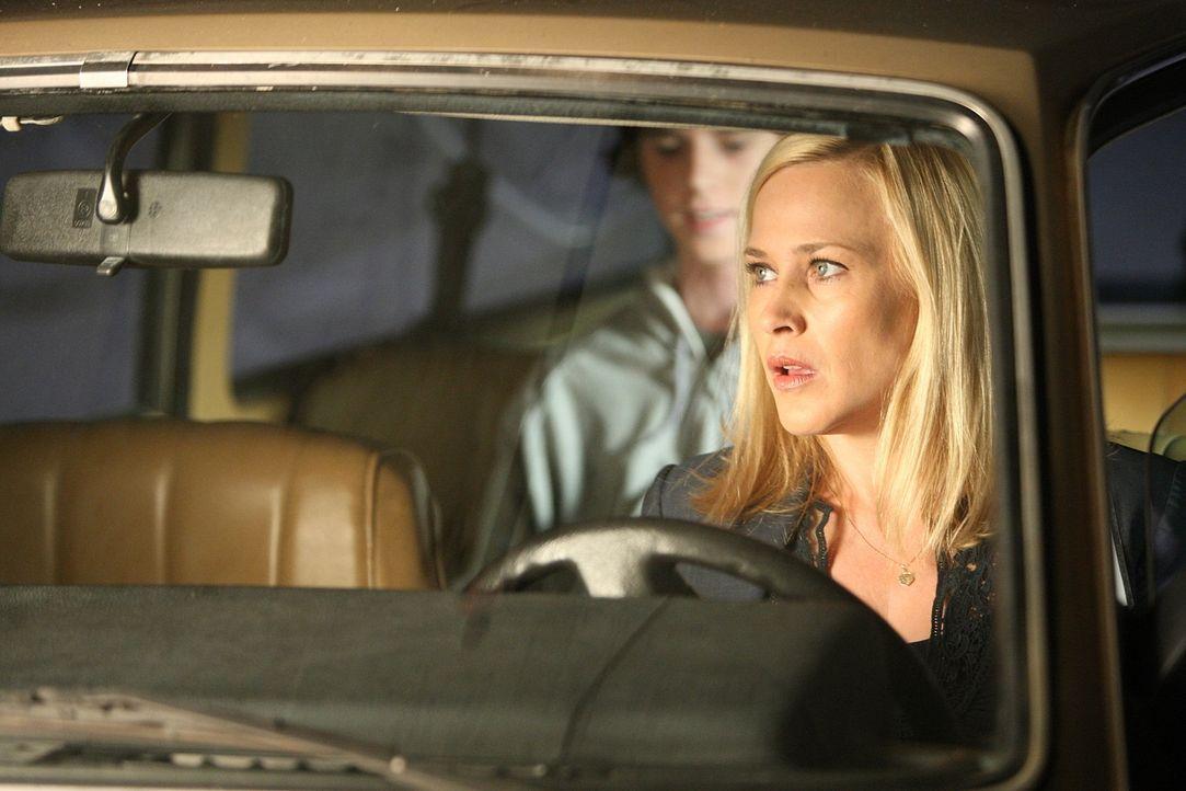 Allison (Patricia Arquette, r.) arbeitet an einem neuen Fall und stößt dabei auf Brandon Whitman (Charlie McDermott, l.). Doch ist er wirklich der R... - Bildquelle: Paramount Network Television
