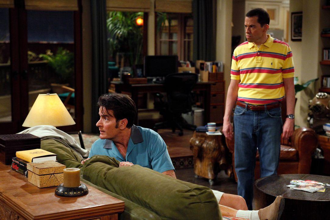 Nachdem Charlie (Charlie Sheen, l.) vorübergehend inhaftiert war, eröffnet ihm Alan (Jon Cryer, r.), dass Chelsea ihn zu ihrer Geburtstagsparty ei... - Bildquelle: Warner Brothers