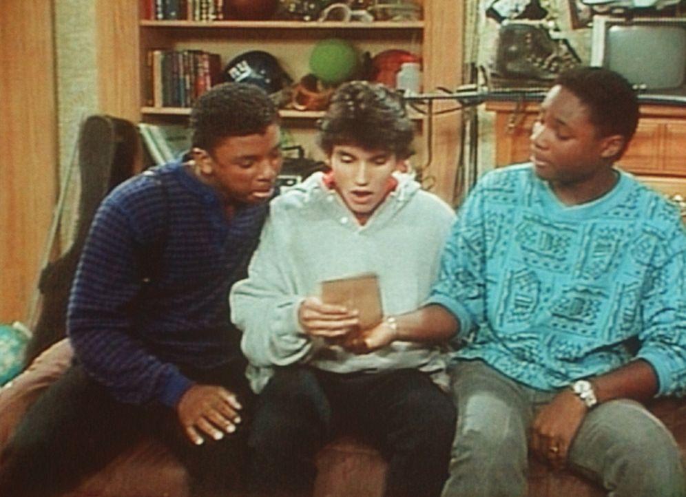 Randys Brief an Theo (Malcolm-Jamal Warner, r.) wird von seinen Freunden bewundert. Sie rätseln, ob der I-Punkt ein Kreis oder ein Herz ist. - Bildquelle: Viacom