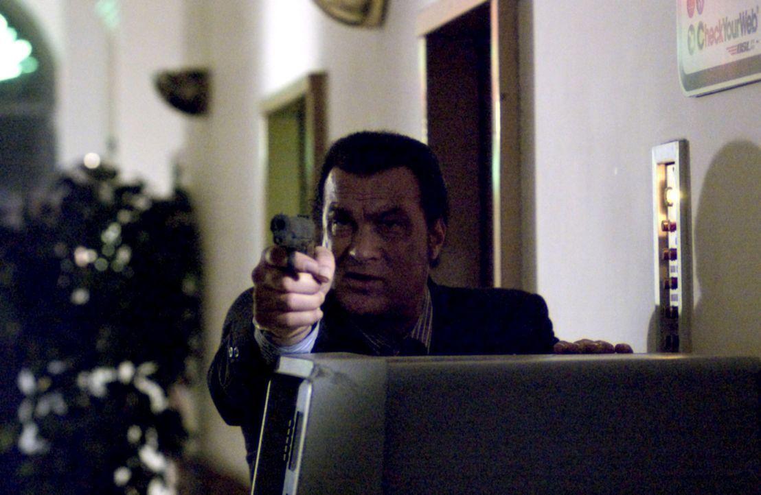 Der Undercoveragent Jonathan Cold (Steven Seagal) wurde von der CIA beauftragt, eine osteuropäische Terroristengruppe davon abzuhalten, an eine nukl... - Bildquelle: Copyright   2005 Crab Trap Productions. All Rights Reserved.