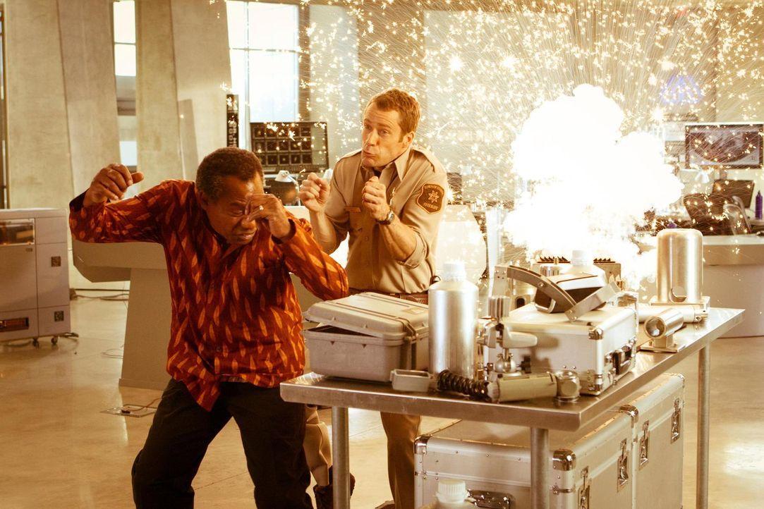 Was ist nur bei Carter (Colin Ferguson, r.) und Henry (Joe Morton, l.) los? - Bildquelle: Universal Television