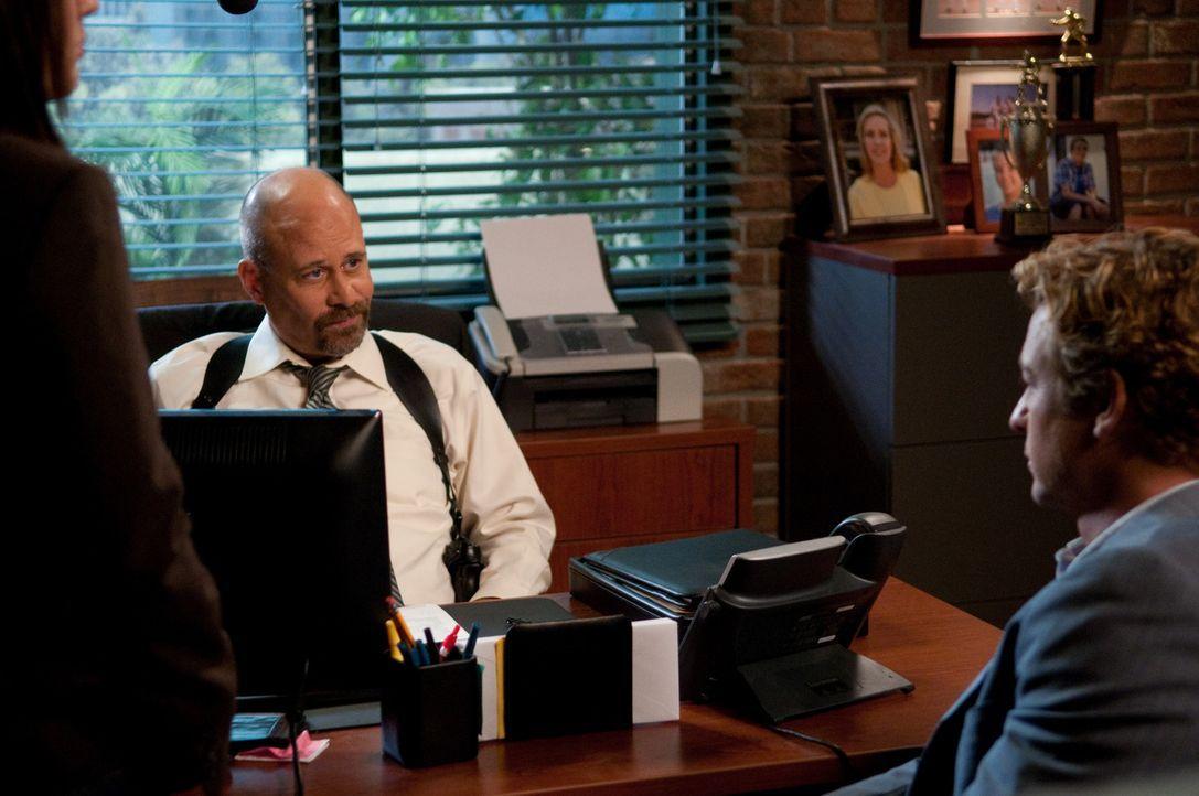 Agent Bosco (Terry Kinney, l.) findet bei einem Routinescan die Wanze, die Patrick Jane (Simon Baker, r.) in seinem Büro platziert hat, um mehr über... - Bildquelle: Warner Bros. Television