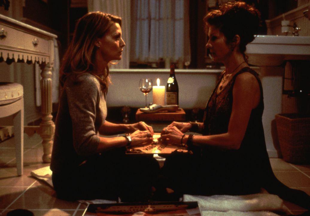 Hoffen, herauszufinden, was die mysteriösen Stimmen und die Erscheinungen von Toten auf sich hat: Claire (Michelle Pfeiffer, l.) und Jody (Diana Sc... - Bildquelle: 20th Century Fox