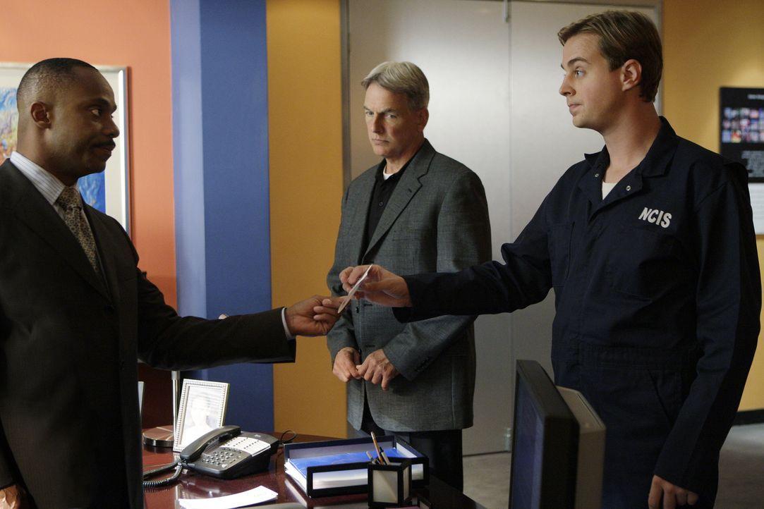 Director Leon Vance (Rocky Carroll, l.) teilt Gibbs (Mark Harmon, M.) und McGee (Sean Murray, r.) mit, dass einige anonyme Hinweise zum aktuellen Fa... - Bildquelle: CBS Television
