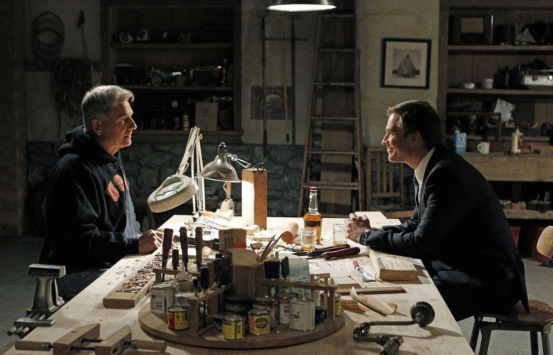 Tony (Michael Weatherly, r.) hat Ärger mit Gibbs (Mark Harmon, l.), weil der hinter seine Beziehung mit Barrett gekommen ist ... - Bildquelle: CBS Television