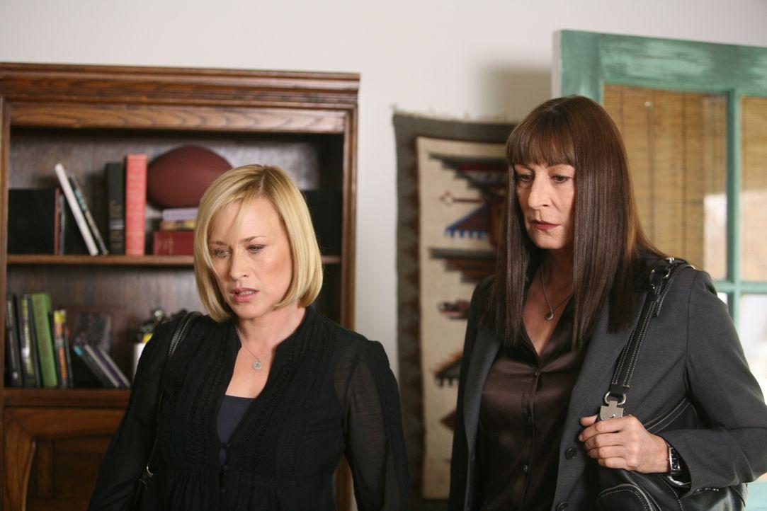 Allison (Patricia Arquette, l.) und Cynthia (Anjelica Huston, r.) befassen sich eingehend mit einem Fall, der weit in der Vergangenheit liegt und Cy... - Bildquelle: Paramount Network Television