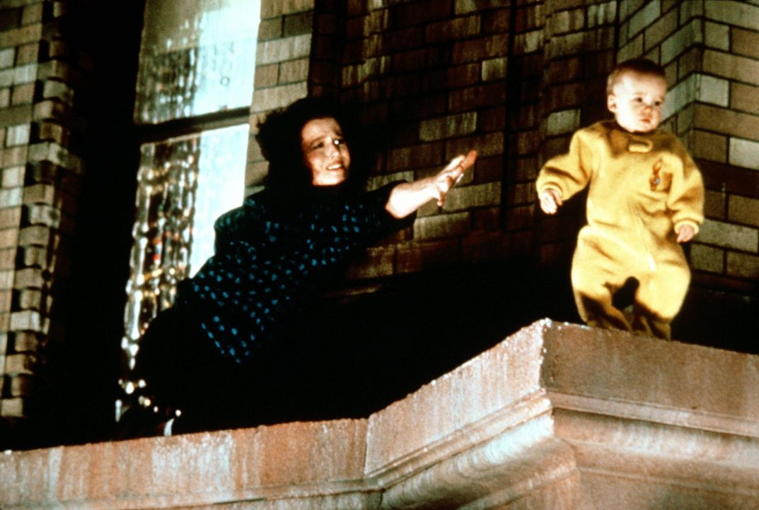 Ausgerechnet das unschuldige Baby der schönen Dana (Sigourney Weaver, l.) hat sich der Geist des bösen Karpatenfürsten Vigo als Körper für sein... - Bildquelle: 1989 Columbia Pictures Industries, Inc. All Rights Reserved.