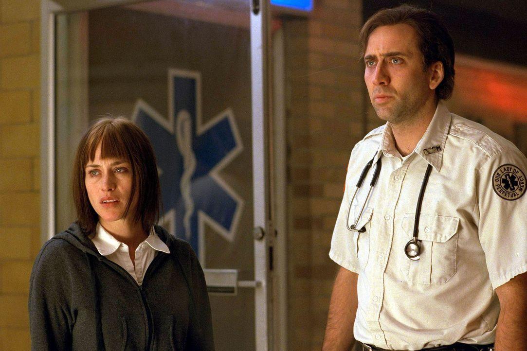 Als Frank Pierce (Nicolas Cage, r.) Mary Burke (Patricia Arquette, l.), die Tochter eines Koma-Patienten, kennenlernt, fühlt er sich sofort mit ihr... - Bildquelle: Paramount Pictures and Touchstone Pictures