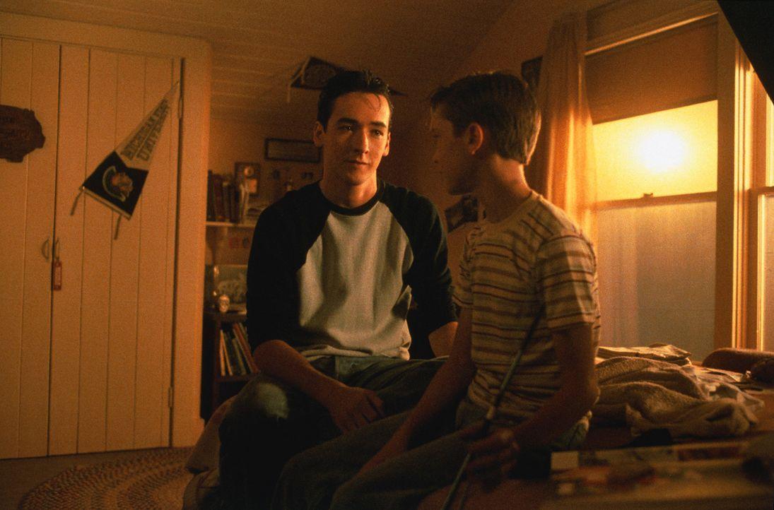 Gordie (Wil Wheaton, r.) erzählt seinem älteren Bruder Denny (John Cusack, l.) von seinen Erlebnissen ? - Bildquelle: 2003 Sony Pictures Television International