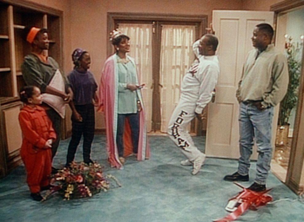 Olivia (Raven Symone, l.), Pam (Erika Alexander, 2.v.l.), Rudy (Keshia Knight Pulliam, 3.v.l.), Cliff (Bill Cosby, 2.v.r.) und Theo (Malcolm-Jamal W... - Bildquelle: Viacom
