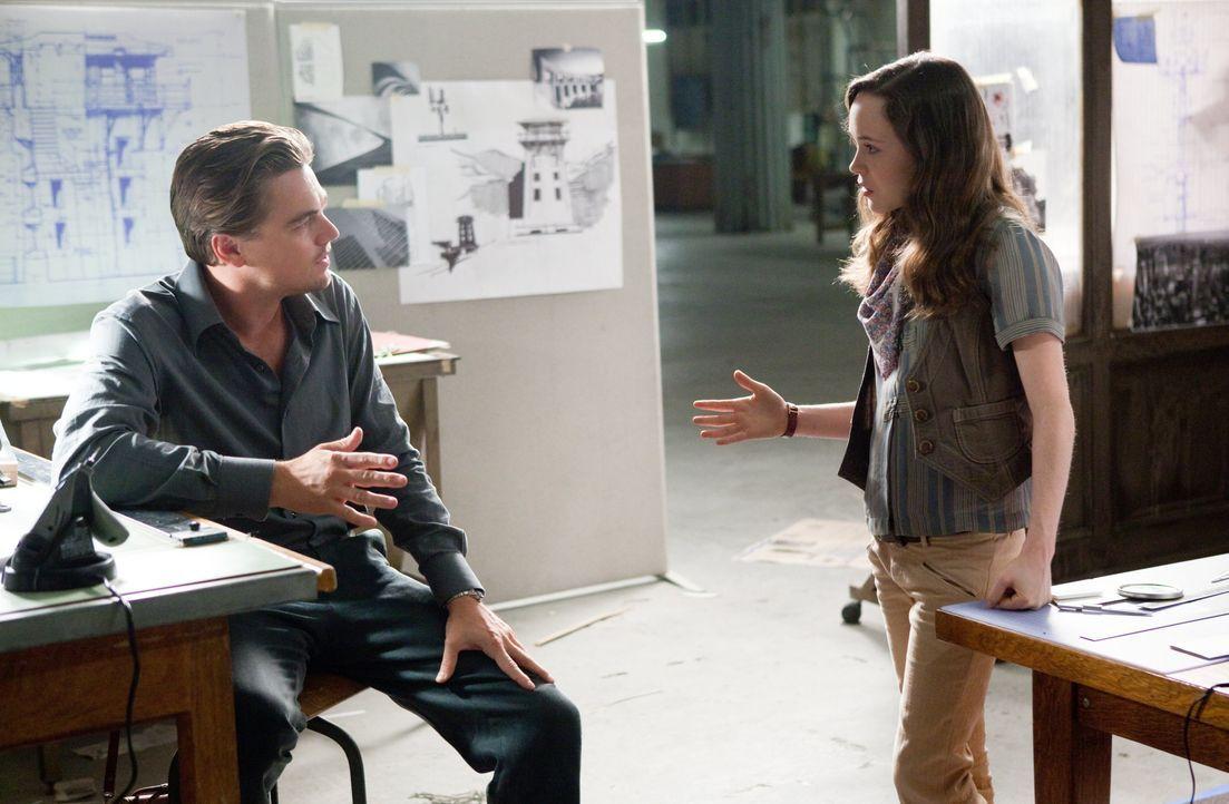 Um einen großen Coup landen zu können, braucht der Traum-Reisende Cobb (Leonardo DiCaprio, l.) eine Traumarchitektin. Doch die talentierte Architekt... - Bildquelle: 2010 Warner Bros.
