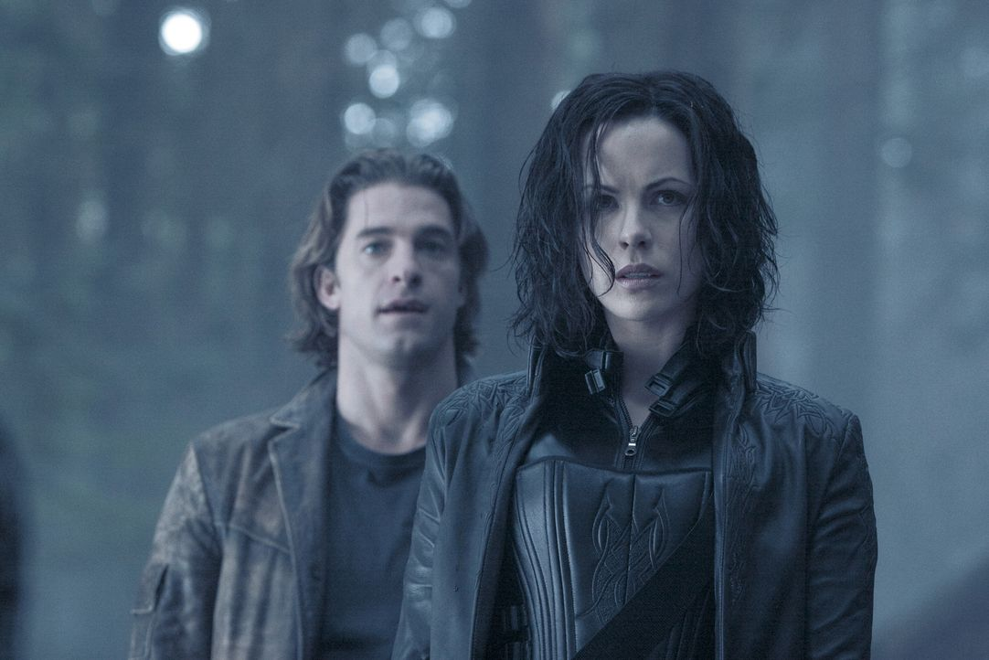 Nehmen den Kampf mit den Geistern der Vergangenheit auf: die wunderschöne Werwolfjägerin Selene (Kate Beckinsale, l.) und Hyprid Michael (Scott Spee... - Bildquelle: Sony Pictures Television International. All Rights Reserved.