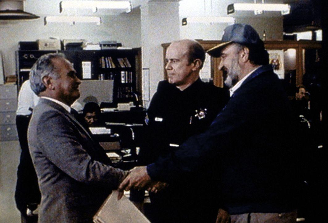 Captain Friend (Norman Burton, l.) und Frank (Kenneth Kimmins, M.) freuen sich, Mark (Victor French, r.) wieder im Polizeidienst aufnehmen zu können. - Bildquelle: Worldvision Enterprises, Inc.