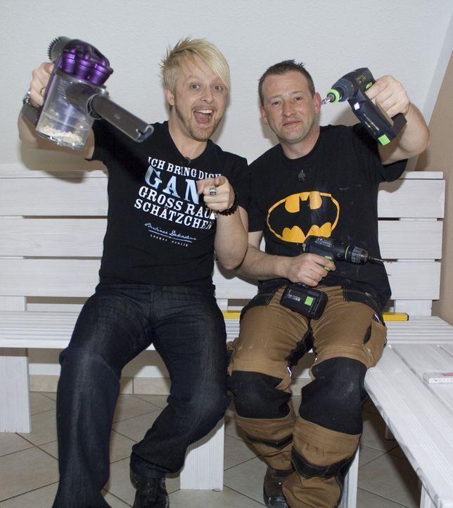 Ex-Bro'Sis-Sänger Ross Antony (l.) gestaltet eine Kücheneckbank aus Holz für sein Zuhause. Hilfe bekommt er dabei von Super-Heimwerker Ken (r.) ... - Bildquelle: kabel eins